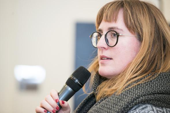 Anne Leichtfuß spricht in ein Mikrophon